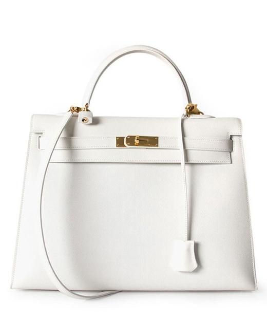Món phụ kiện sang chảnh nhất của nữ diễn viên trong phim là chiếc túi Chiếc túi trắng hiệu Hermes Kelly với trị giá lên tới vài trăm triệu đồng.(Ảnh: Internet)