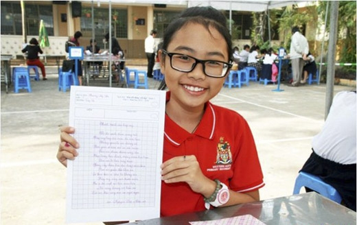 Mỹ Chi trong một cuộc thi viết chữ đẹp tại trường. (Ảnh: Internet) - Tin sao Viet - Tin tuc sao Viet - Scandal sao Viet - Tin tuc cua Sao - Tin cua Sao