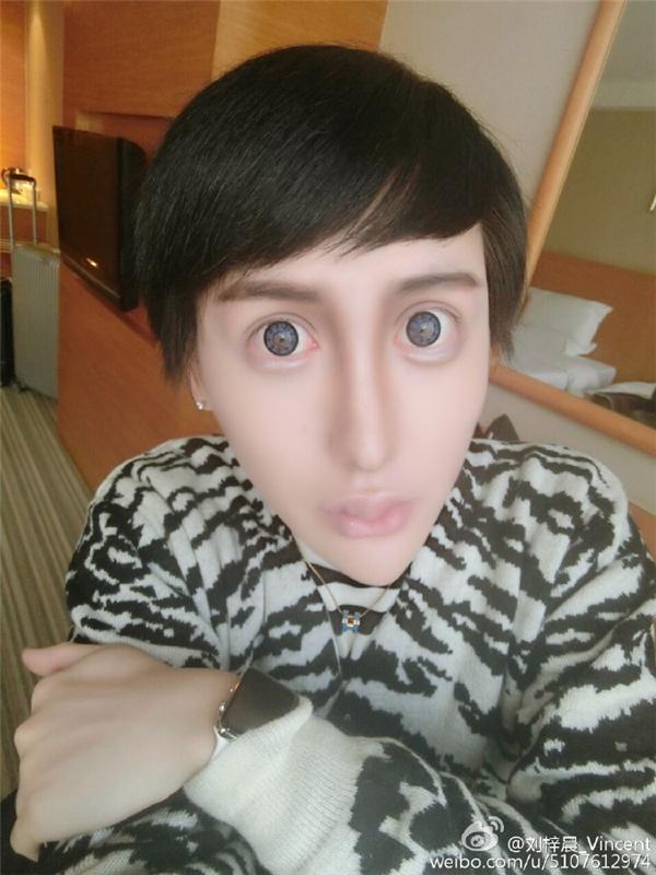 Khuôn mặt của anh chàng này khiến người khác phải hoảng sợ khi nhìn vào, đặc biệt là đôi mắt.(Ảnh: Weibo)
