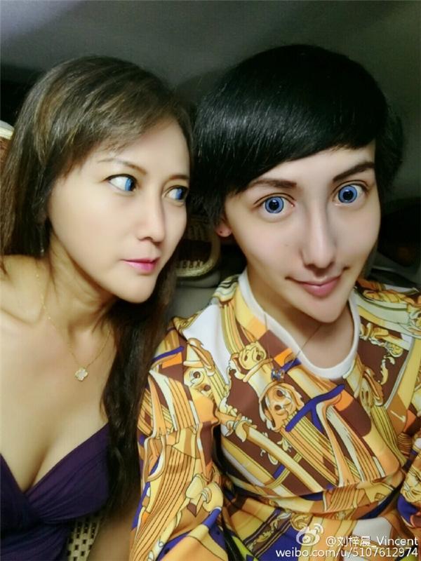 """Cả hai tỏ ra rất thích thú và tự hào với diện mạo """"đẹp lạ"""" của mình.(Ảnh: Weibo)"""