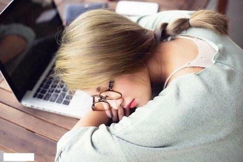 """Emmy Nguyễn - hot girl nổi tiếng với biệt danh """"Tây Thi ngủ gật"""" từng gây bão cộng đồng mạng khi bức ảnh chụp lén cô đang ngủ bên chiếc laptop được tung lên internet. - Tin sao Viet - Tin tuc sao Viet - Scandal sao Viet - Tin tuc cua Sao - Tin cua Sao"""