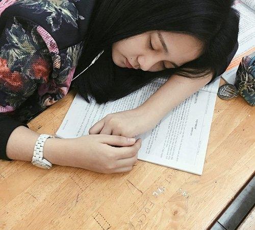 Khoảnh khắc Tam Triều Dâng ngủ quên trên bàn học. - Tin sao Viet - Tin tuc sao Viet - Scandal sao Viet - Tin tuc cua Sao - Tin cua Sao