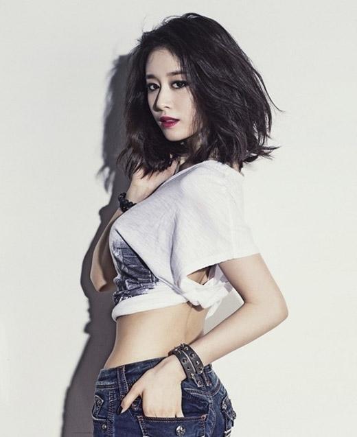 Tạo hình tóc rối như tóc Ji yeon. (Ảnh: Internet)   Uốn tóc gợn sóng như YoonA trong Love Rain. (Ảnh: Internet)   Rẽ mái đôi và uốn xù nhẹ như cô bạn xinh xắn này. (Ảnh: Internet)   Rẽ mái không đều và uốn nhẹ phần đuôi tóc để được quyến rũ như Hạ Vi. (Ảnh: Internet)   Cực kì dễ thương với kiểu tóc bồng bềnh, đen mượt như cô gái này. (Ảnh: Internet)   Tăng Thanh Hà chững chạc với kiểu tóc ngang vai uốn gợn. (Ảnh: Internet)   Một tạo hình khác của Song Hye Kyo là rẽ tóc 5:5. Với kiểu tóc này, cô nàng trông già dặn và quyền lực hơn hẳn.(Ảnh: Internet)
