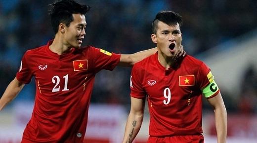 Công Vinh ăn mừng bàn thắng với đồng đội Văn Toàn. (Ảnh: Getty)