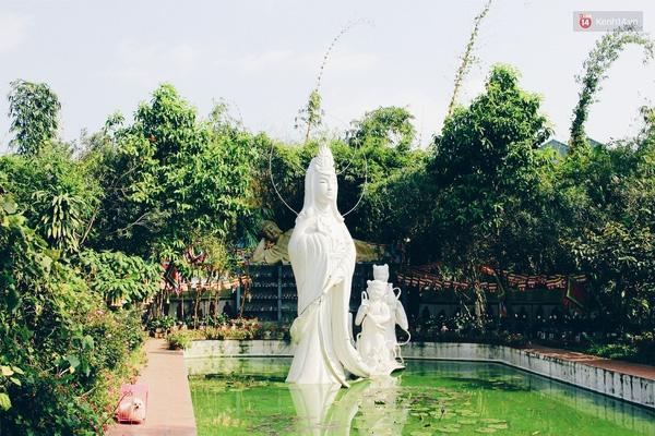 Khu nghĩa trang được ông Sinh xây dựng rất công phu. Các nấm mồ được dựng quanh một hồ nước có tượng phật Bồ tát.
