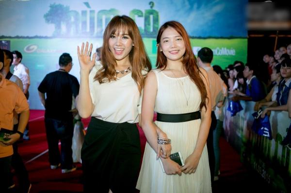 Hình ảnh Hari Won và em gái trong trên thảm đỏ.Có thể thấy cả hai khá giống nhau ở gương mặt sángvà nụ cười tươi. - Tin sao Viet - Tin tuc sao Viet - Scandal sao Viet - Tin tuc cua Sao - Tin cua Sao