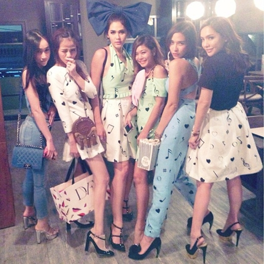 Cô gái cùng bạn bè chụp ảnh với ngôi sao nổi tiếng, mỹ nhân xinh đẹp nhất Thái LanChompoo Araya.(Ảnh: Internet)