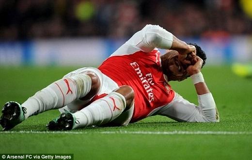 """5. Arsenal:Lại một lần nữa """"Pháo thủ"""" khiến người hâm mộ thất vọng. Họ đã bị loại khỏi Champions League, FA Cup và cách vị trí đầu bảng Premier League 11 điểm. Cũng cần phải nói thêm, thầy trò Arsene Wenger lâm vào tình cảnh này nguyên nhân một phần do """"dịch bệnh"""" chấn thương. Cứ vào thời điểm quan trọng nhất, các trụ cột của Arsenal lại rời đội bóng để làm bạn với bệnh viện. Có thể kể ra một vài trường hợp tiêu biểu như Santi Cazorla (đầu gối), Jack Wilshere (mắt cá), Danny Welbeck (gót chân),…"""