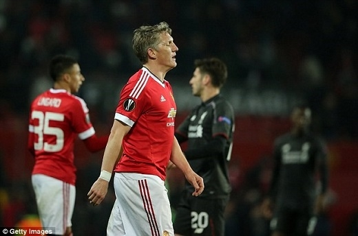 """3. Bastian Schweinsteiger (Manchester United):Từ vị thế của nhà vô địch World Cup 2014, Schweinsteiger cập bến MU để trở thành một kẻ thừa thãi, chậm chạp, và liên tục chấn thương tại sân Old Trafford. Có thể mức giá 6,5 triệu bảng mà MU bỏ ra chỉ có thể chiêu mộ một tiền vệ đã bước sang bên kia sườn dốc sự nghiệp. Nhưng có lẽ, Schweini nên ở lại Bayern Munich thay vì """"cố đấm ăn xôi"""" tại một giải đấu đầy khắc nghiệt như Premier League. Có lẽ, khoảnh khắc duy nhất Bastian cho thấy năng lượng dồi dào và sự nhanh nhẹn của mình là lúc anh đi cổ vũ cho mĩnhân làng quần vợt Ana Ivanovic."""