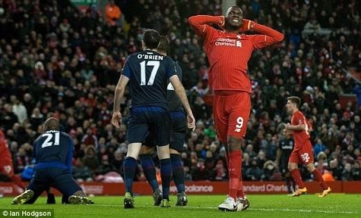 """2. Christian Benteke (Liverpool):Dù không có tiềm lực tài chính dồi dào như các CLB khác nhưng về khoản chịu chơi thì không ai có thể so sánh với Liverpool. Họ mua một chân sút trị giá 32,5 triệu bảng về chỉ để làm bóng băng ghế dự bị. Ngoài 8 bàn thắng sau 35 lần ra sân trên mọi đấu trường, dấu ấn của Benteke tại Anfield còn là những pha dứt điểm """"vô duyên"""" đến mức không thể chấp nhận. Đến cả HLV Juergen Klopp cũng đã hết kiên nhẫn với cựu câu thủ Aston Villa và nhiều lần chấp nhận ra sân với đội hình không tiền đạo cắm."""