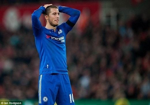 """1.Eden Hazard (Chelsea):Tài năng được Mourinho ca tụng là """"cùng đẳng cấp với Ronaldo, Messi"""" đang trải qua một mùa giải không thể tồi tệ hơn. """"Cầu thủ hay nhất Premier League 2014/15"""" với 19 pha lập công đang mất hút ở mùa giải năm nay với vỏn vẹn 2 bàn thắng tính cả FA Cup. Người hâm mộ đã không còn được chứng kiến những đường đi bóng ảo diệu ngày nào, thay vào đó là những bê bối liên quan đến việc chống đối huấn luyện viên, thiếu nỗ lực tập luyện và mới nhất là trao đổi áo với cầu thủ đối phương trong giờ nghỉ giữa hai hiệp. Ngôi sao chạy cánh người Bỉ được cho là đang tìm đường tháo chạy khỏi Stamford Bridge để đầu quân cho Real Madrid ngay trong hè này."""