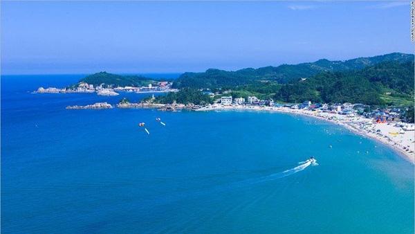 Gangwon tuyệt đẹp với nước biển trong xanh văn vắt.