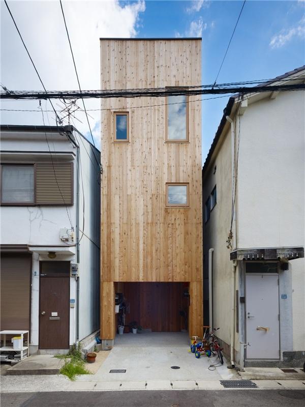 Ngôi nhà có mặt tiền kẹp giữa hai ngôi nhà đồ sộ khác.