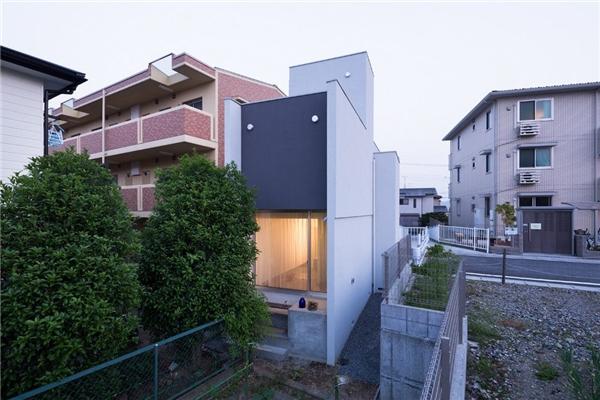 Mặt hậu ngôi nhà được lắp đặt cửa kính rộng đón sáng.