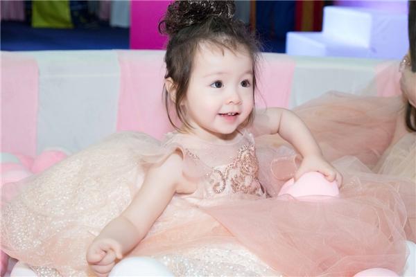 Cô bé như một nàng công chúa nhỏ khi diện lên mình chiếc váy voan bồng bềnh. - Tin sao Viet - Tin tuc sao Viet - Scandal sao Viet - Tin tuc cua Sao - Tin cua Sao