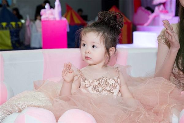 Cadie xinh như công chúa trong lần đầu tham dự sự kiện cùng mẹ - Tin sao Viet - Tin tuc sao Viet - Scandal sao Viet - Tin tuc cua Sao - Tin cua Sao