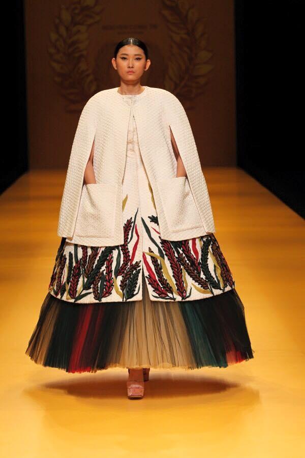 Trên sàn diễn tại Tokyo, người mẫu Kim Nhung giữ vai trò mở màn và vedette cho bộ sưu tập của nhà thiết kế Nguyễn Công Trí.