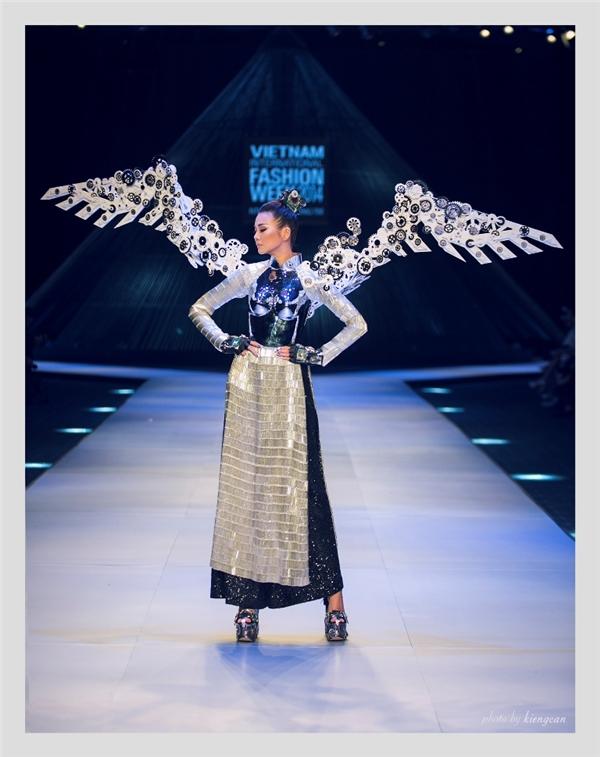 """Sau Tokyo, """"áo bà ba"""" của Công Trí sẽ toả sáng trên sân khấu quê nhà"""