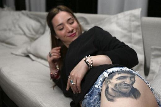 Fan nữ sexy xăm khuôn mặt Messi gần chỗ nhạy cảm