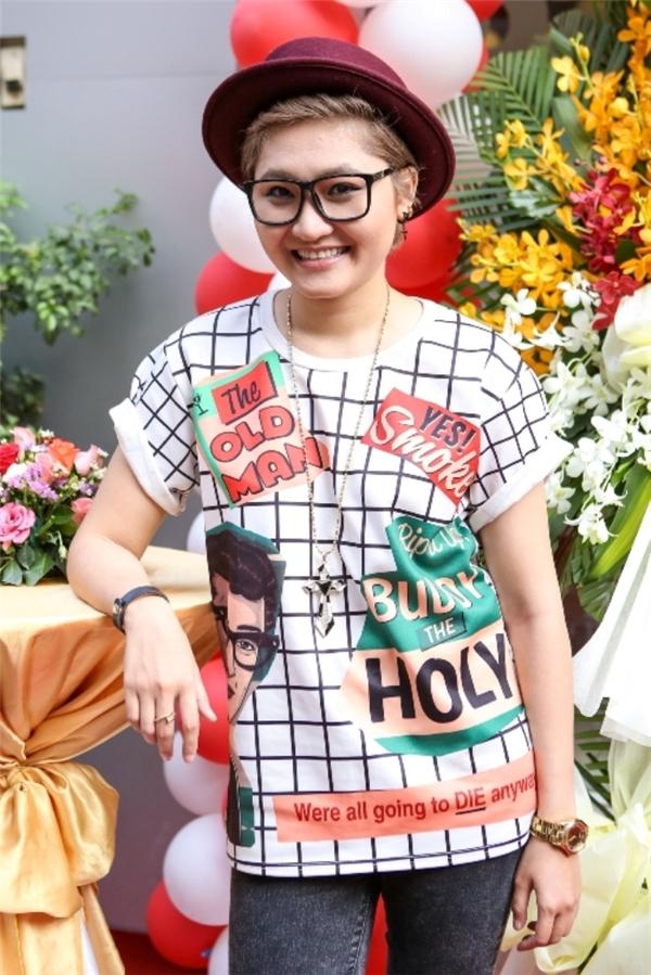 Vicky Nhung diện trang phục cá tính, cô nàng khéo léo kết hợp cùng mũ phớt tông màu nổi bật. - Tin sao Viet - Tin tuc sao Viet - Scandal sao Viet - Tin tuc cua Sao - Tin cua Sao