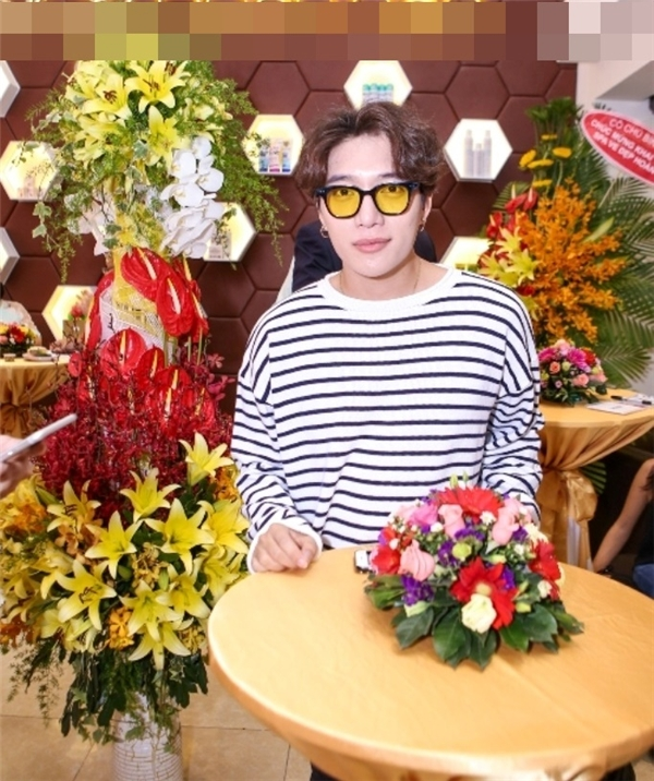 Dù đang bận rộn với dự án âm sắp tới, nhạc sĩ – ca sĩ Châu Đăng Khoa vẫn dành thời gian đến tham gia sự kiện. Đến tham dựsự kiện, anh vẫn trung thành với phong cách Hàn Quốc năng động và cá tính. - Tin sao Viet - Tin tuc sao Viet - Scandal sao Viet - Tin tuc cua Sao - Tin cua Sao
