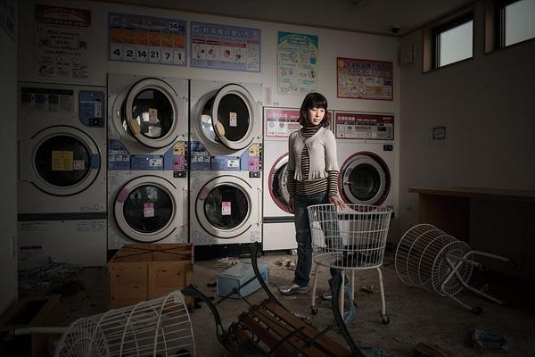 """Cô Rieko Matsumotoest đang đứng trong hiệu giặt là quần áo Namie. """"Ngày xảy ra động đất, tôi đang làm việc cùng 1 khách hàng người Philippines. Khi cô ấy đang chuẩn bị cởi quần áo, mặt đất bỗng rung chuyển. Ban đầu cô ấy nói với tôi bằng tiếng Nhật, nhưng vào khoảnh khắc đáng sợ ấy, cô đột nhiên hét lớn bằng tiếng Anh"""", cô Rieko nhớ lại."""