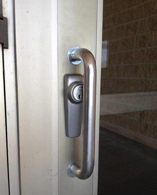 15. Ổ khoá này thì đút chìa vào kiểu gì?