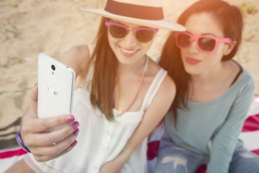 """VIBE S1 có 2 camera mặt trướchỗ trợ tính năng """"selfie"""" tối đa."""