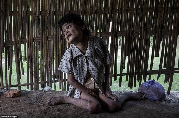 Sinem phải sống trong cảnh đói rách, quanh năm làm bạn với bốn bức tường phên nứa. (Ảnh: Daily Mail)