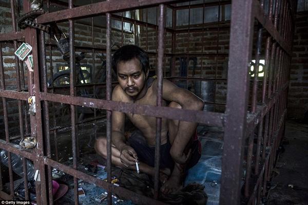 Suhananto bị nhốt trong lồng hơn 1 năm qua vì thần kinh không ổn định. (Ảnh: Daily Mail)