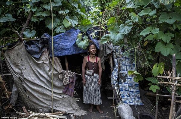 Ở Indonesia, người bị bệnh tâm thần mà không bị xiềng xích đã là một điều may mắn. (Ảnh: Daily Mail)
