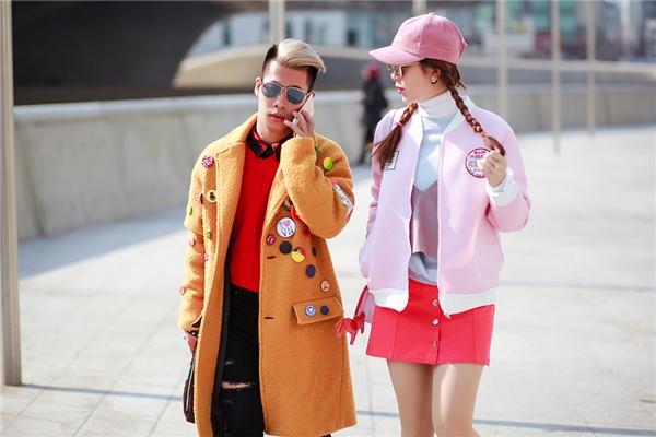Những xu hướng mới nhất của thời trang năm nay gồm áo khoác họa tiết hoặc những tông màu nổi bật đều được cả hai cập nhật nhanh chóng.