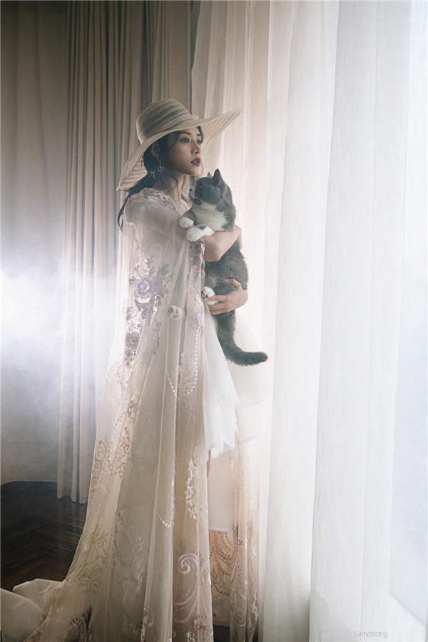 """Chi Pu khoe vẻ đẹp tựa nữ thần khi """"đọ sắc"""" với mèo cưng - Tin sao Viet - Tin tuc sao Viet - Scandal sao Viet - Tin tuc cua Sao - Tin cua Sao"""