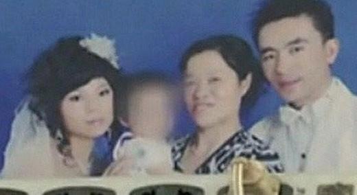 Vợ chồng anh Sở chụp ảnh cùng mẹ và cháu con chị gái.(Ảnh: Internet)