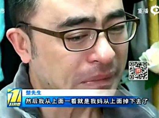 Anh Sở đau khổ khi kể lại bi kịch vừa xảy ra với gia đình mình. (Ảnh: Internet)