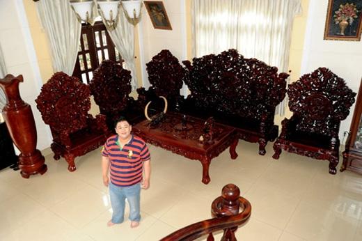 """Bộ bàn ghế gỗ có thiết kế hoa văn khá tỉ mỉ, phản ánh mức độ """"giàu sang"""" của gia chủ.(Ảnh: Internet)"""
