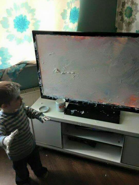 Mất cả buổi sáng mới sơn xong cái màn hình tivi, thật vất vả quá mà!