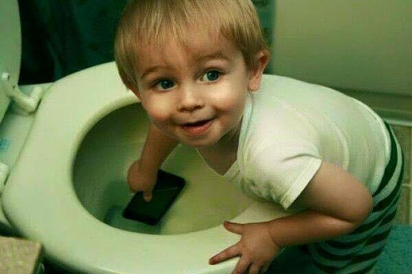 Điện thoại của bố nóng quá nên con cho đi tắm mát. Bố phải cảm ơn con đấy nhé!