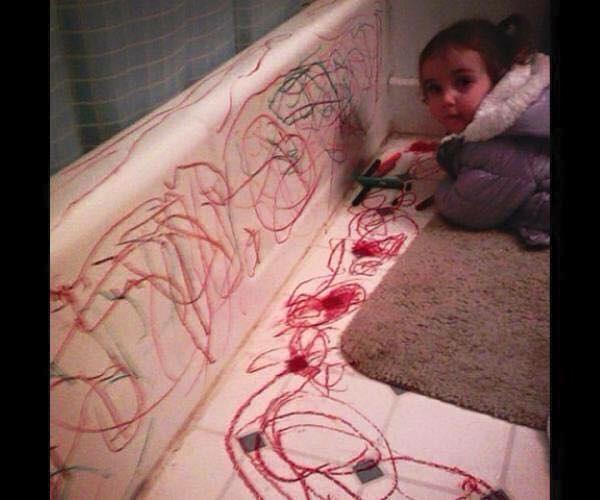 Bố mẹ sắm ghế sofa trắng để mình có chỗ vẽ đây mà. Thật là tâm lý!