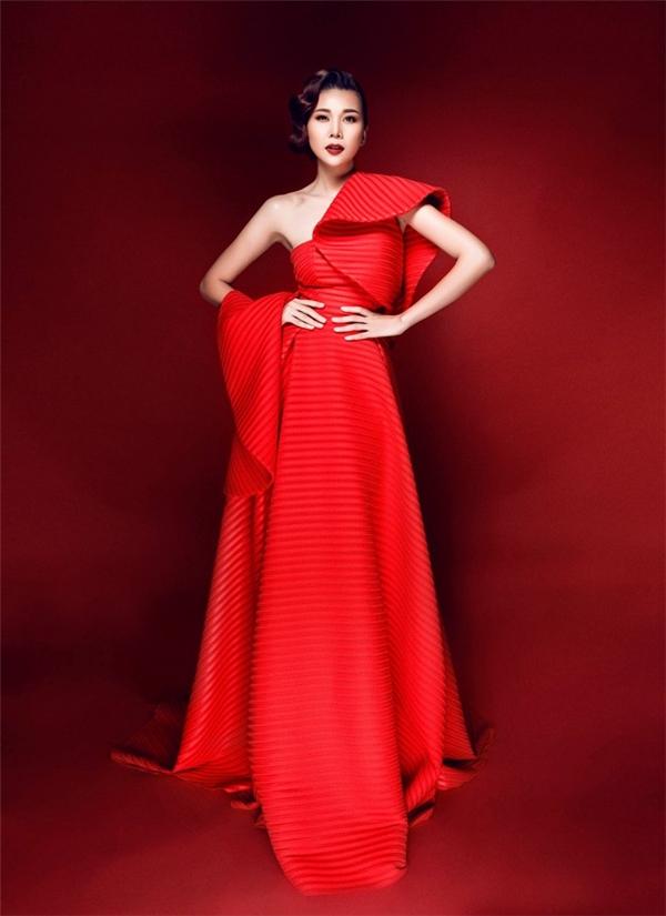 Ngay cả khi diện trang phục nữ tính thì Thanh Hằng vẫn toát lên nguồn năng lượngđặc biệt của phái mạnh.