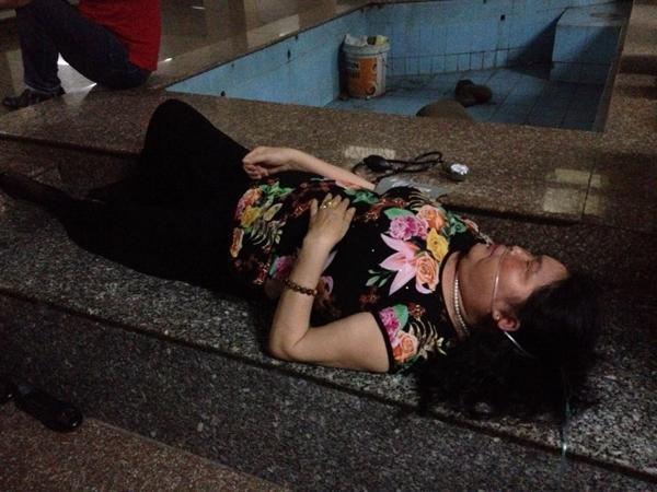 Thang máy tại block D khu căn hộ cao tầng 584 (đường Lũy Bán Bích, phường Phú Thọ Hòa, quận Tân Phú, TP.HCM) gặp sự cố vào chiều ngày 23/03 do không bảo trì định kì, khiến 16 người bị mắc kẹt. Trong ảnh là một nạn nhân bị ngất xỉu. (Ảnh: Internet)