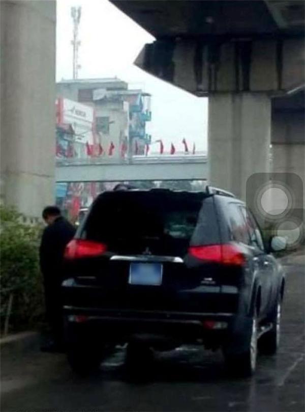 Một quý ông đi xe biển xanh thản nhiên tè bậy trên đường Nguyễn Trãi (gần ngã tư Khuất Duy Tiến, Hà Nội) được đăng tải trên mạng vào ngày 23/03, khiến cư dân mạng dậy sóng. (Ảnh: Internet)