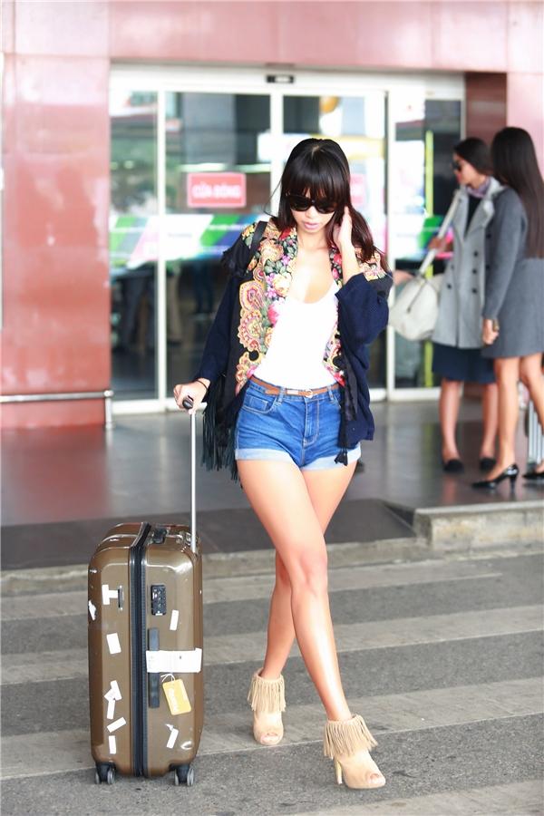 Hà Anh xuất hiện cùng áo họa tiết phốivới quần jeans khoe trọn đôi chân dài miên man cùng làn da nâu khỏe khoắn. - Tin sao Viet - Tin tuc sao Viet - Scandal sao Viet - Tin tuc cua Sao - Tin cua Sao