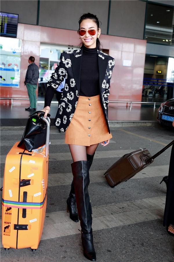 Hoàng Thùy vừa trở về từ Anh sau khi tham gia tuần lễ thời trang trong phong thái của một người mẫu xứng tầm quốc tế. - Tin sao Viet - Tin tuc sao Viet - Scandal sao Viet - Tin tuc cua Sao - Tin cua Sao
