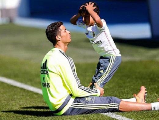 Ronaldo luôn rèn luyện cơ bắp sức khỏe cho cậu nhóc Cristiano Jr. (Ảnh: Internet)