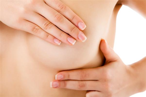 Chị em có thể tự kiểm tra ngực để phát hiện sớm những dấu hiệu bất thường (Hình minh họa: Internet)