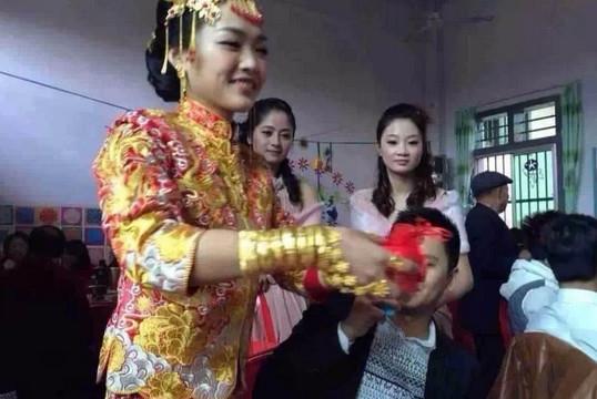 Hình ảnh cô dâu người nặng trĩu vàng trong ngày vui. (Ảnh: Xinhua)