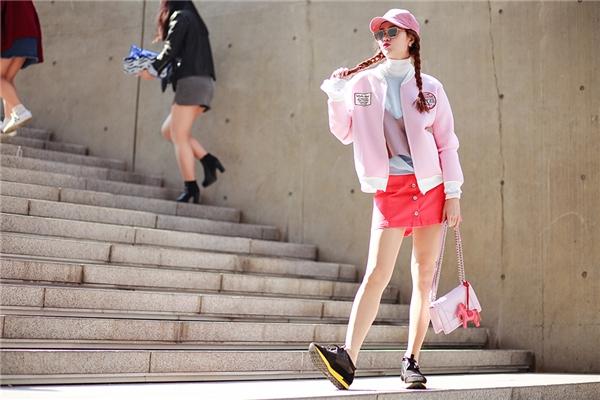 Trang phục của một thương hiệu Hàn Quốc được Minh Hằng khéo léo kết hợp với mắt kính Gentle Monster, túi Dior Diorama và phụ kiện Horse Charm Hermes.