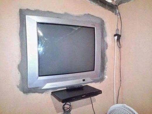 Với sáng kiến độc đáo này, một chiếc tivi màn hình phẳng không còn là ước mơ xa với nữa. (Ảnh: Internet)