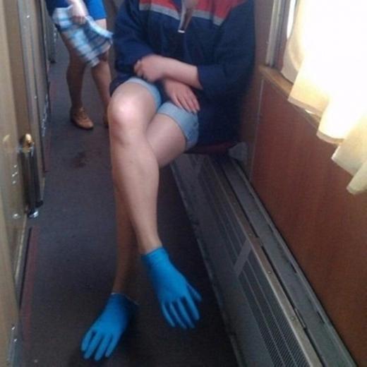 Bạn quên mang dép? Mọi vấn đề sẽ được giải quyết với đôi găng tay cao su đa chức năng này.(Ảnh: Internet)
